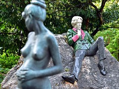 Oscar Wilde and His Wife (AntyDiluvian) Tags: ireland dublin merrionsquare wilde oscarwilde statue sculpture memorial nude pregnant woman wife constance park