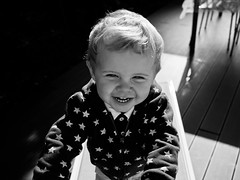 Heureux (Dahrth) Tags: gf1 gf120 panasoniclumixgf1 lumixmicroquatretiers lumix43 micro43 microfourthirds raw bb baby blackandwhite noiretblanc nb toiles stars cute mignon blond happy joie sourire smile preppy