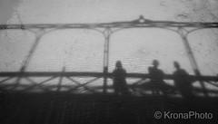 Pikene p broen, Puerto de Mogan, Spain (KronaPhoto) Tags: 2016 samsung canarias spain bnw bro bridge pikenepbroen fish water granca mogane shadow silhouette people street river elv ish fisk