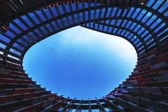 Tor zum Himmel (tan.ja1212) Tags: coo cologneovaloffice kln brogebude gebude fenster spiegelung fassade building reflections sky oval rot red