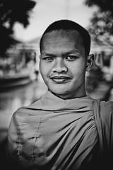 Jeune bonze curieux (Tom Piaï Photographie) Tags: temple nationalgeographic natgeo curieux ngc siemreap cambodia cambodge noir blanc white black blackandwhite noiretblanc young jeune moine bonze monk face portrait