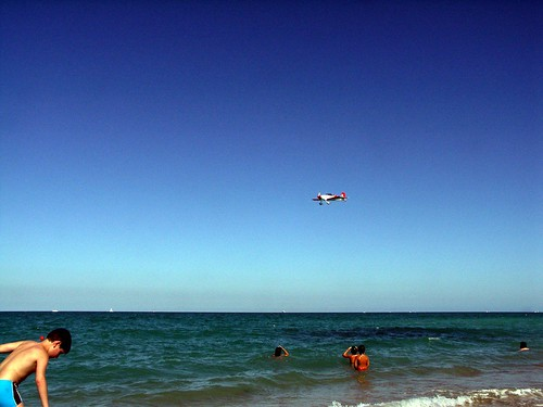 aereo spiaggia mare con cielo azzurro