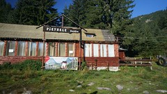 Cabana Pietrele (Sorin Sfrlogea) Tags: retezat montaniard