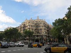 "La Pedrera de Barcelona en Paseo de Gracia • <a style=""font-size:0.8em;"" href=""http://www.flickr.com/photos/78328875@N05/22888442107/"" target=""_blank"">View on Flickr</a>"