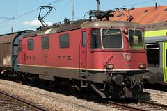 SBB Lokomotive Re 4/4 II 11315 ( Hersteller SLM Nr. 5178 - BBC - MFO - SAAS - Baujahr 1981 ) am Bahnhof Kerzers im Kanton Freiburg der Schweiz (chrchr_75) Tags: chriguhurnibluemailch christoph hurni schweiz suisse switzerland svizzera suissa swiss chrchr chrchr75 chrigu chriguhurni august 2015 albumzzz201508august albumbahnenderschweiz2015712 eisenbahn bahn schweizer bahnen albumsbbre44iiiii lok lokomotive sbb cff ffs schweizerische bundesbahn bundesbahnen re44 re 44 albumbahnenderschweiz zug train juna zoug trainen tog tren поезд паровоз locomotora lokomotiv locomotief locomotiva locomotive railway rautatie chemin de fer ferrovia 鉄道 spoorweg железнодорожный centralstation ferroviaria