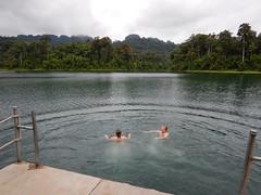 Zwemmen in Cheow Larn Lake