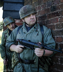 Avoncroft (132 of 259) (Andy Darby) Tags: portrait war helmet smoking german reenactment mg42 k98 fallschirmjager avoncroft mp40 fjr5