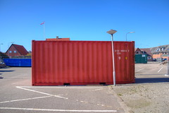 container (Rasande Tyskar) Tags: city red rot lamp lampe town pole container hirtshals dnemark danmark ort nordjylland jammerbucht vendsyssel