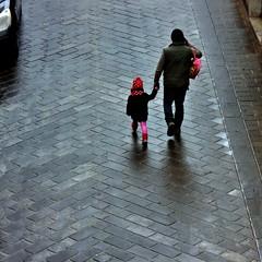 un cappellino a pois (archifra -francesco de vincenzi-) Tags: street square minimalism papà inverno rosso padre freddo pois sciarpa piove carré bambina pavé minimalart urbandetail cappellorosso zainetto conpapà archifraisernia francescodevincenzi