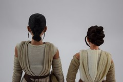 Hot Toys Rey vs DS Elite Premium Rey - Free Standing - Portrait Rear View (drj1828) Tags: starwars theforceawakens rey figure actionfigure sideshow hottoys purchase disneystore eliteseries premium posable 10inch 11inch sideshowcollectibles deboxed sidebyside