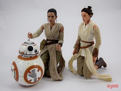 Hot Toys Rey and BB-8 vs DS Elite Premium Rey - Kneeling - Full Front View (drj1828) Tags: starwars theforceawakens rey figure actionfigure sideshow hottoys purchase disneystore eliteseries premium posable 10inch 11inch sideshowcollectibles deboxed sidebyside bb8