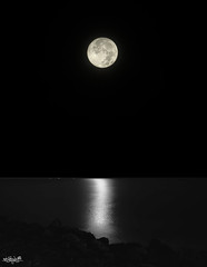 Catalina sobre el mar de madrugá... (Lola Cortés Neva) Tags: naturaleza moon de noche mar catalina andalucía lola el luna cielo cádiz sobre neva rota madrugá cortés lolacortésneva