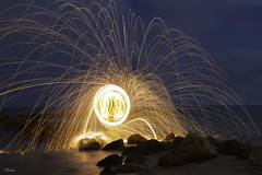 Jugando con Lana (flickr_vicky) Tags: lana beach wool fire agua playa nocturna fuego painters