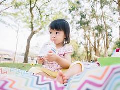 Milk lover (SILENCE Vincent) Tags: park people picnic taiwan olympus nana taipei  tw  omd taipeicity em5 mzuiko olympus12mmf20