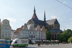 Rostock - Neuer Markt und Marienkirche (CocoChantre) Tags: auto de deutschland kirche marienkirche bauwerk verkehr fahrrad rostock radfahrer neuermarkt mecklenburgvorpommern pkw kirchestmarien strasenverkehr