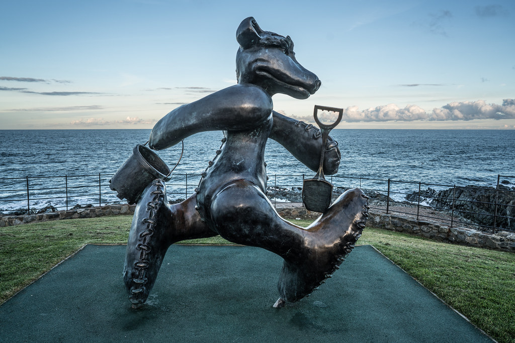 BEACH BEAR ON HIS WAY TO THE BEACH AT GREYSTONES [ARTIST- PATRICK O'REILLY]-122022