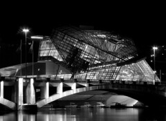 Musée des Confluences (Laetitia.p_lyon) Tags: nikoncoolpixp7100 lyon nuit night noiretblanc nb bw bnw blackandwhite monochrome musée confluences pont bridge architecture monochromatic