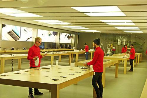 Bei Apple werden am Feierabend die Touch-Screens geputzt.