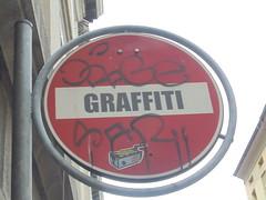 027 (en-ri) Tags: torino wall muro graffiti writing divieto cartello segnale stradale trappola acchiappafantasmi ghostbuster tag nero