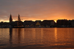Warm Hour (danielamorgadoribeiro) Tags: hamburg sunset towers water lake housing