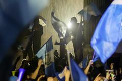 Tormenta acompao a la protesta-celebracin 01/09/2015 (sierra.oe87) Tags: noche lluvia gente guatemala union pueblo protesta septiembre bandera alegria vuvuzela palaciodelacultura plazalaconstitucin renunciaya justiciaya