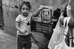 image (Luis Iturmendi) Tags: niña reader lectora people calle street streetphotography city urban bw blancoynegro blackandwhite monochrome monocromo bob esponja