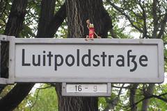 577 Luitpoldstrae (Alte Wilde Korkmnnchen) Tags: joyfoxstreetyogastreetartkorkmnnchencorklittlepeopleberlin sonnenscheinyogi schneberg
