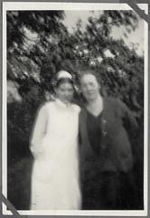 Album Chr081 Diakonieschwester und Mutter, 1920er (Hans-Michael Tappen) Tags: archivhansmichaeltappen diakonie diakonieschwester schwesterntracht mutter tochter 1920s 1920er outdoor krankenschwester
