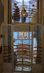 Casa Batll (Martine LB) Tags: barcelona barcelone antoniogaudi martinelebannic barcelone2016 casa batll ascenseur silhouettes