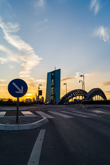 EZB (Der*Holzwurm) Tags: skyline sonnenuntergang frankfurt wolken zebrastreifen mainhattan ezb kreisel zentralbank europische