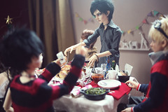 "Ichiro: ""Do you want to take a photo or do you want to eat?"" (lightlybattered) Tags: christmas tree dinner ball miniature doll williams f16 michele bjd superdollfie volks cecile tae abjd fcs jointed balljointed sdgr sd17 volksdoll"