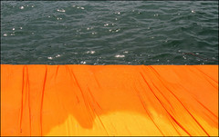 Floating Piers...contrasto (Maulamb) Tags: floatingpiers arancione passerella lago lagodiseo