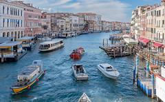 traffico acqueo (Franco Boetto) Tags: persone venezia canalgrande barche vapo vaporetto pontile case acqua cielo nuvole azzurro rialto turisti italia fujifi fujifilm fujix x1 x100t lightroom fotografia