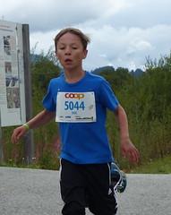 Eric (Cavabienmerci) Tags: boy sports boys sport youth race children schweiz switzerland  child suisse running run runners pied runner engadin engadine lufer lauf 2015 graubnden grisons samedan coureur engadiner sommerlauf coureurs engiadina