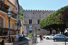 Taormina: Via Teatro Greco (zug55) Tags: italien italy italia sicily taormina sicilia sizilien palazzocorvaja viateatrogreco corvajapalace piazzabadia