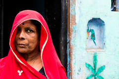 (Jordy B) Tags: street red portrait woman india color rouge asia femme streetphotography varanasi asie rue extrieur personnes couleur inde northindia uttarpradesh travelphotography indedunord bnars northemindia