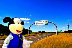 Mickey viajero (Jorakh) Tags: mickey mouse carreteras carretera mxico paisajes durango bienvenido pasto pasitzal viaje viajando cielo azul raton postal orejas disney