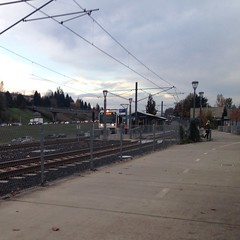 A northbound train pulls into Fuller Road station (Tysasi) Tags: greenline i205 happyvalley sd600 trimet