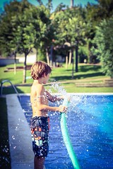 Agua! ( Mrs ) Tags: summer water kids canon children 50mm agua piscina verano splash