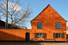 La casa arancione - The orange house. (sinetempore) Tags: windows shadow color tree bike bench colore ombra bici albero bicicletta finestre panchina theorangehouse lacasaarancione