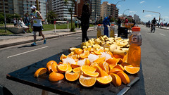 orange in the street (Fer Gonzalez 2.8) Tags: street leica people orange fruit marathon run leicadlux4
