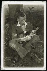 """Archiv Chris061 """"Onkel Helmut"""", 1923 (Hans-Michael Tappen) Tags: archivhansmichaeltappen junge schuhe shoes anzug kleidung mode fashion outfit buch book haarschnitt lesen 1920s 1920er 1923"""