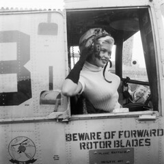 Jayne Mansfield vertrekt per helicopter naar Rotterdam (poedie1984) Tags: jayne mansfield rotterdam helicopter airport schiphol amsterdam vliegveld dutch netherlands nederland holland old hollywood sex symbol actress aircraft sikorsky helicopters delay vertraging movie star 1957