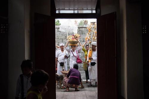 Menjemput para Leluhur kembali pulang yang disimbolkan dalam bentuk fisiknya sebagai sarana ritual. Masih dalam rangkaiam ritual Ngenteg Linggih di merajan (pura keluarga) @ajuz_nawaratna di Gerenceng, Denpasar.   ___   Dikutip dari Tribun Bali, Ngenteg L
