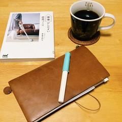 コーヒー飲みながら読書と手帖タイム。 半年前に図書館に予約してた本がようやく手元に。 予約していたのを忘れていたくらい。 手帖は今年も献立日記を書き続けて、なんとか1年続いた。 アーカイブが出来たので、来年は過去の私を頼りに献立作り、がんばる。 #読書 #手帖タイム #トラベラーズノート #献立日記 #沢村貞子