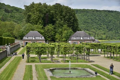 Le jardin avec ses fontaines et platanes