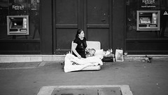 Retrait (toletoletole (www.levold.de/photosphere)) Tags: paris xpro2 fuji fujixpro2 street bw sw mutter kind mother child bed bett homeless obdachlos