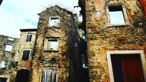 "20161001  Senza numero sn..... bez broj bb.... ""Occhi al cielo"" #istra #istria #oprtalj #confine #frontier #ig_croatia #architecture #campagna #nature_perfection #igerscroatia #ig_croatia #skyline #jellow #openspace #sky #landscape #landscape_lovers #open"
