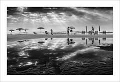 Dia de platja II/ Beach's day II (ximo rosell) Tags: ximorosell bn blackandwhite blancoynegro bw nuvols white llum luz light cullera playa platja beach people fujifilm x10 sea sombrillas