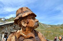 legno che racconta (Il cantore) Tags: legno wood statua statue uomo man profilo profile montagna mountain cielo sky azzurro blu blue marrone brown valledaosta rifugiomontfallere